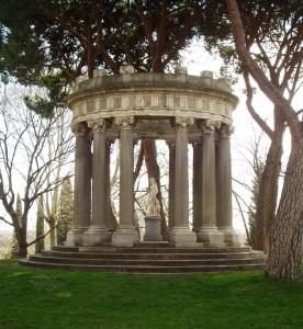 El templete del jardín El Capricho